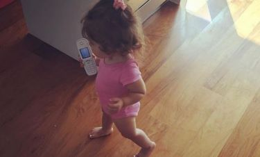 Πήρε το τηλέφωνο από τη μαμά της και το έβαλε στα πόδια