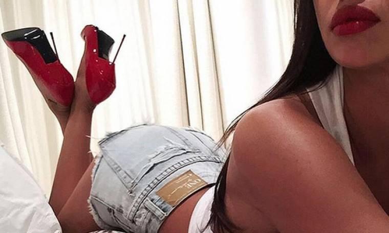 Belfie με… κόκκινες γόβες και «καυτό» σορτσάκι