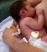 Η κόρη της έγινε ενός και θυμήθηκε όταν την θήλαζε στο μαιευτήριο (φωτό)