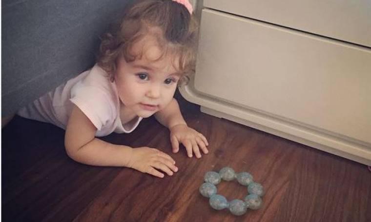 Η κόρη της σφήνωσε κάτω από το κρεβάτι