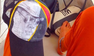 Λάκης Γαβαλάς: Το χρυσό πεντικιούρ και το καπέλο με τη φιγούρα του!