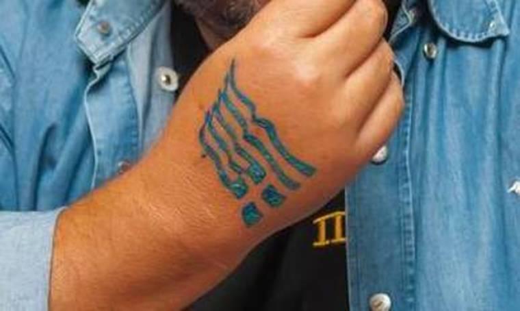 Τραγουδιστής έκανε τατουάζ την ελληνική σημαία