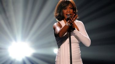 Έλληνας μεγιστάνας θα… «αναστήσει» τη Whitney Houston