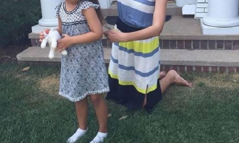 Διάσημη μαμά κόβει τα μαλλιά της κόρη της... στο γκαζόν! (εικόνα)