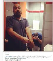 Δημήτρης Ουγγαρέζος: «Ξαλάφρωσε» στο μπάνιο – Δείτε τη χιουμοριστική φωτογραφία