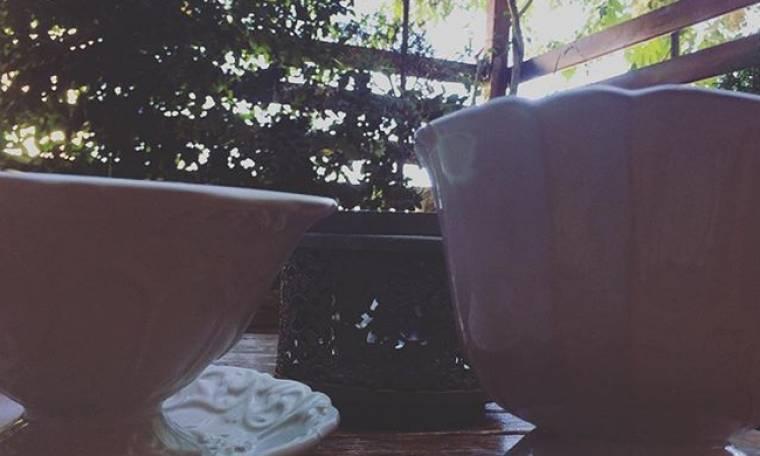 Ποια παρουσιάστρια απολαμβάνει τον καφέ με την φίλη της;