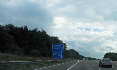 Τον ειδοποίησε για τον χωρισμό με πινακίδα στον αυτοκινητόδρομο!
