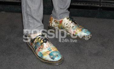 Έλληνας δημοσιογράφος εμφανίστηκε σε εκδήλωση φορώντας τα εκκεντρικά παπούτσια!