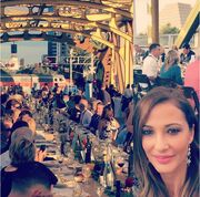 Η Αλέκα Καμηλά γευματίζει πάνω σε γέφυρα!