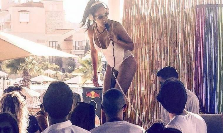 Εύη Αδάμ: Με λευκό μαγιό, χορεύει και παίζει μουσική στην Τουρκία