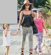 Νίνα Λοτσάρη: Βόλτα με τις κόρες της
