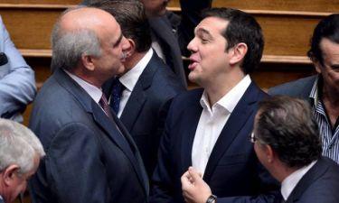 Τσίπρας - Μεϊμαράκης: Τα πλατιά χαμόγελα κατά τη συνάντησή τους στην ορκωμοσία των βουλευτών