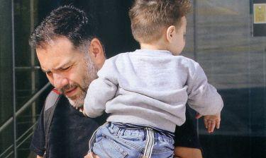 Γρηγόρης Αρναούτογλου: Βόλτες στο Μαρούσι με τον γιο του