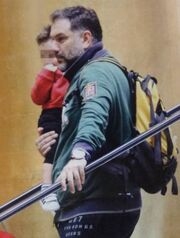 Γρηγόρης Αρναούτογλου: Βόλτα με τον γιο του Αναστάση