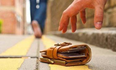 Ηράκλειο: Φοιτητές βρήκαν ευρώ σκορπισμένα στο δρόμο - Δείτε την αντίδρασή τους