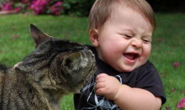Αξιολάτρευτο: Δείτε πώς μια χαριτωμένη γάτα αγκαλιάζει και παίζει με ένα μωρό (βίντεο)