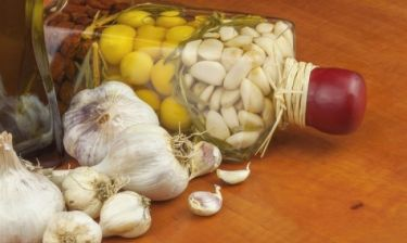Φάγατε σκόρδο; Δείτε πώς θα απαλλαγείτε από την κακοσμία του στόματος