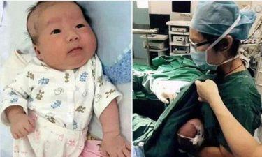 Νοσοκόμα θηλάζει μωρό που δεν σταματούσε το κλάμα πριν το χειρουργείο (εικόνα)