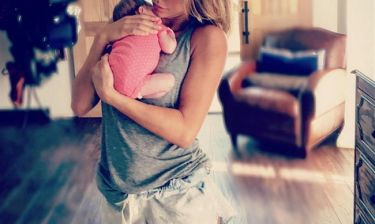 H πρώτη της φωτογραφία με την μόλις 15 ημερών κόρη της