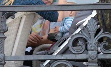Η τρυφερή φωτογραφία Ελληνίδας παρουσιάστριας: Βγήκε βόλτα με το μωρό της και το ταΐζει