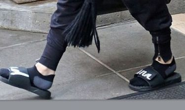 Tragic! Πού πας κουκλίτσα μου με την κάλτσα και την καλοκαιρινή παντόφλα;
