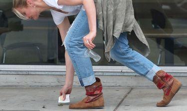 Παράδειγμα προς μίμηση – Πασίγνωστη ηθοποιός μαζεύει τα σκουπίδια από το δρόμο!