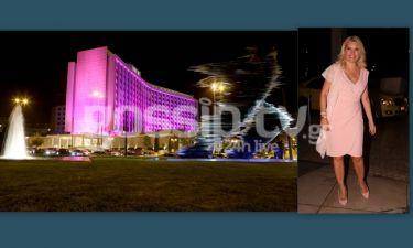 Η Μενεγάκη στη ροζ φωταγώγηση του Hilton