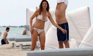 Cindy Crawford: Στην παραλία με μαγιό και τον… άντρα της