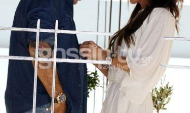 Τον έχει στα ώπα ώπα... Του κουμπώνει ακόμα και το πουκάμισο!