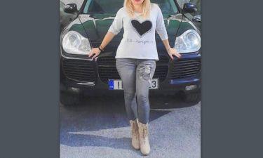 Τόσο μυαλό έχει. Ελληνίδα τραγουδίστρια ποζάρει με τη νέα Πόρσε της (Nassos blog)