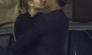 Τι έρωτας είναι αυτός; Φιλιά στη μέση του δρόμου για τους…