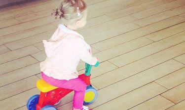 To πρώτο ποδήλατο της κόρης της (φωτό)