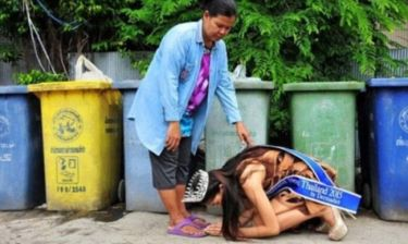 Ρίγη συγκίνησης: Εστεμμένη καλλιστείων προσκυνά τη ρακοσυλλέκτρια μητέρα της