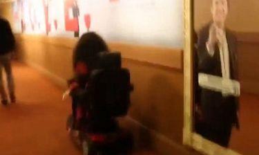 Απίστευτο! Τραγουδίστρια κοροϊδεύει γυναίκα καθηλωμένη σε αναπηρικό καροτσάκι