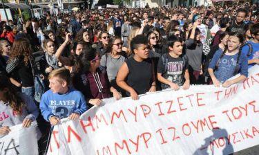 Επεισόδια με κουκουλοφόρους στο κέντρο της Αθήνας κατά τη διάρκεια μαθητικής πορείας