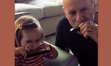 Ο Bruce Willis παίζει φυσαρμόνικα με την κόρη του και το διαδίκτυο λιώνει!