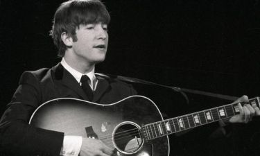 """Η """"χαμένη"""" κιθάρα του Λένον πουλήθηκε αντί 2,4 εκατ. δολαρίων"""