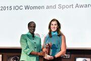 Ύψιστη τιμή για την πρόεδρο του ΣΕΟ, Βούλα Κοζομπόλη, από τη ΔΟΕ