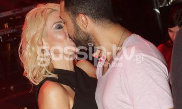 Το φιλί φιλί, αλλά το μάτι στον… φωτογράφο