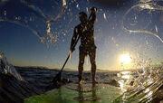 Έλληνας δημοσιογράφος πέρασε τον Ισθμό με… stand up paddle surf