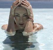 Σμαράγδα Καρύδη: Δείτε την να κάνει το μπάνιο της στην πισίνα μέσα Νοεμβρίου