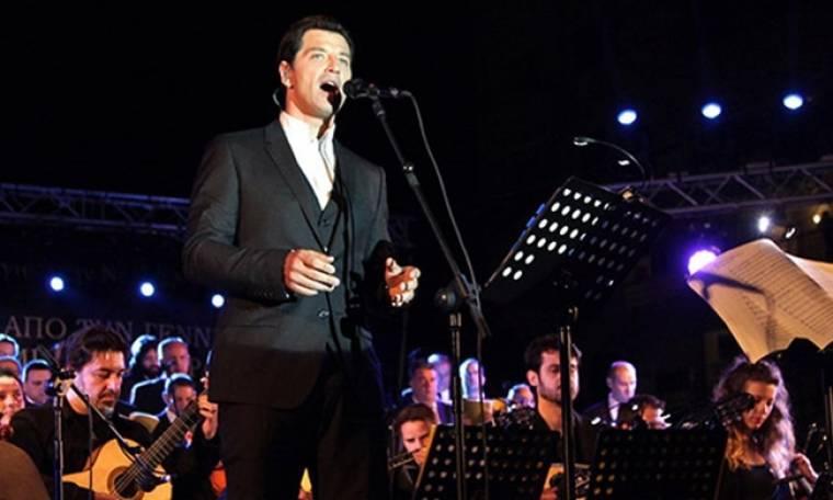 Σάκης Ρουβάς: Θα ανάψει το δέντρο της Αθήνας και θα τραγουδήσει για τη Γαλλία