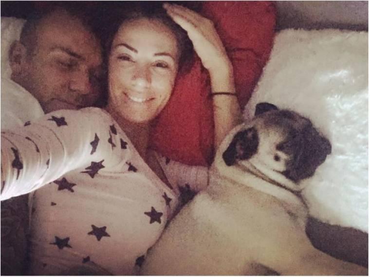 Ο Στέλιος Ρόκκος κοιμάται με τη σύντροφό του και εκείνη τον βγάζει φωτογραφία
