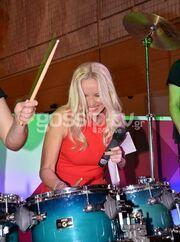 Μαθαίνει drums η Μαρία Μπεκατώρου;