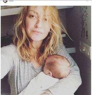 Ρούλα Ρέβη: Πρώτη φορά αγκαλιά με το ένα της μωρό