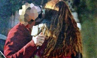 Τρυφερά φιλιά στη μέση του δρόμου για ζευγάρι της σοουμπίζ που πήρε διαζύγιο πριν από 3 1/2 χρόνια