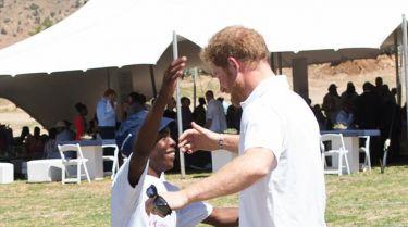 Η συγκινητική συνάντηση του Πρίγκιπα Χάρι με τον 15χρονο ορφανό προστατευόμενό του