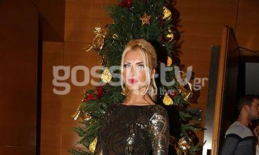 Πιο λαμπερή κι από το Χριστουγεννιάτικο δέντρο πίσω της!