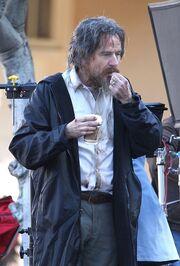 Σοκαριστήκαμε όταν είδαμε τον πασίγνωστο ηθοποιό με βρώμικα ρούχα και λαδωμένα μαλλιά