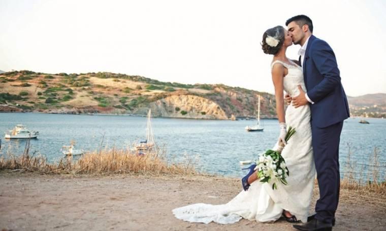Παντρεύτηκε το καλοκαίρι στην Ανάβυσσο και τώρα βλέπουμε τις φωτό του γάμου